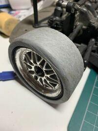 塩ビパイプでラジドリ用のタイヤを作ってみたのですが、タイヤにみぞを掘りたいと思いまして、走りに影響はあるのでしょうか?またどう加工したらいいんでしょうか?なにか方法あればお願いします。 僕は中学生で...