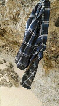 【閲覧注意】写真なのですが海岸に放置されたスカートがありました。多分近くの高校の制服なのですが学校に届けた方がよかったでしょうか?汚れがひどかったので放置してしまいましたが。。。