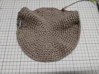 かぎ針編みについて  添付画像のように細編みの円が波打ちます。 ゲージが合ってないってことですね? 手が緩いのか…  糸と針の太さを指示どおり合わせているのですが、 毎回こうなって 苦労します。 四角のパターンでもうねります。 何か良いアドバイスないでしょうか…