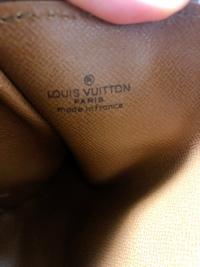 ルイヴィトンのパピヨン?についてです。 親がかなり昔に正規店で購入したそうなのですが、 シリアルナンバーがなくヴィトンの刻印のみです。 調べると内側にシリアルナンバーが書いてあるそ うなのですが、ど...
