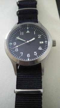 腕時計について?僕はこのパイロットウォッチでIWCのスピットファイアー買いとどまりました!3万ほどです、でもイマイチ街中へはしていかないですね、やはり本物との違いを知っているからですかね?