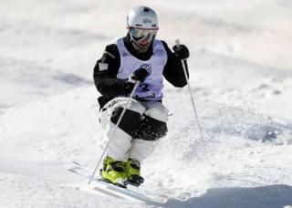 モーグル,不整地小回り,モーグル競技者,ストック,基礎スキー,バランス,重心移動