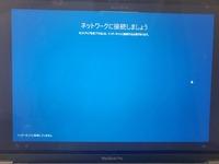 MacBookにWindows10をインストールしたいです。  しかし、初期設定画面で「ネットワークに接続しましょう」とでるにもかかわらず、WiFiの表示がされません。  インターネット接続なしで1度 設定してみました...