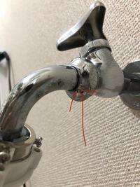 蛇口の水漏れについて質問です。 写真の矢印のところから水漏れするのですが、どの修理部品を買えばいいでしょうか?
