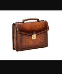 ビジネスバッグのことで質問があります。 今学生なのですが、このバックのデザインが気に入って買おうと思ったのですが 友達に聞いたところ、スーツじゃなきゃ合わないと言われたのですが、私服や普段使いではお...