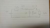 過渡回路の解き方がわかりません。 どなたか教えてください。  t<0で定常状態とする。  t>=0でコイルの電流をi(t)とする。 コンデンサの初期電圧に注意し、ラプラス変換を用いてi(t)を求めよ。  どうかよろしくお願いします。