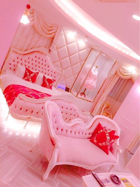 画像はTwitterからです。名古屋のホテルらしいのですがどこか分かりますか?またはラブホテルでも良いのでこんなプリンセスルームみたいな可愛いソファーのついたホテルありましたら教えていただきたい...