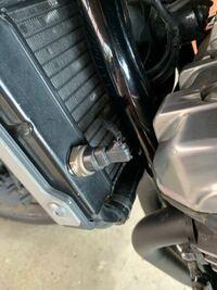 バイクのラジエーターの部分のゴムが劣化しているのですがこれはどのように補修したらいいでしょうか?