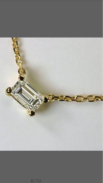 ネックレスの地金の色で悩んでいます。 写真のダイヤモンドのネックレスの購入を検討しています。(0.16ctほど) 18金にするかプラチナにするか悩んでおります。 1粒ダイヤのネックレスは、18金の0.16ctのフクリン留めのものを持っています。当初はこちらのバゲットカットの商品もk18にしようと考えておりましたが、結婚指輪がプラチナなのでそれに揃えるのもいいかも…と思いはじめました。好みで選んでもいいと思うのですが、私には高価な値段なので頻繁に買う事もできないので慎重になっています。 皆さんからのアドバイスを頂けたら幸いです。 私は人からは色白とよく言われます。(腕は日焼けで顔よりは黒いですが。。) 普段着はこどもと遊べるような無印良品やユニクロ、アメリカンホリックのようなカジュアルなものが多いです。 少しオシャレをする時はロングのワンピースなどです。 着る服の色は黒や白、最近ではミントグリーンが似合うと言われます。髪の毛の色は焦げ茶のような色で、あまり明るくはしないようにしています。 こちらの商品はプラチナで作る際は特注になるので参考写真がありません。 なのでイメージしか出来ないのですが、こちらのネックレスでプラチナ色でもおかしくないかもお聞きしたいです。 よろしくお願い致します。