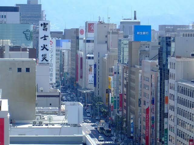 広島市と仙台市どちらが都会ですか? 広島市ですよね? 広島には仙台にはある地下鉄がありませんが、市街地が広島と仙台では別格ですし、広島は地下鉄が無いなりに市内各所に路面電車が張り巡らされていて...
