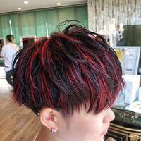 美容師さんに質問です。 カラーが落ちた茶髪の状態から、このような黒と明るい赤のメッシュにすることは可能ですか?