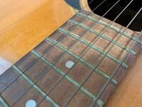 ギターの弦の交換についてです。 先日、フリマアプリでアコースティックギターを買った初心者です。 本日届いたのですが、この弦は交換した方が良いでしょうか? またおすすめの弦などありますでしょうか。