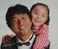 昔の松下電器のテレビCMで中村 雅俊さんがビデオ「マックロード」にシリーズとして出てられましたね。 そのCMシリーズで実の娘との共演だと思っていたのですが、この女の子は中村 雅俊さんの子供ではないので...