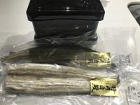 鰻の白焼き二匹分と見た目から入るタイプなので重箱と串まで用意しました。。 タレは2種類購入し 肝も買いタレと漬け込み仕込みを行っての状態です。 これだけで1万円掛かりましたが  明日 とうとうバーベキ...