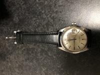 祖父の形見の時計について。 約20年前に他界した祖父の形見の時計を譲り受けました。 電池が止まった状態のままずっと放置されていたようです。 ロレックス オイスター デイトと書いてあり ます。 いつ購入したものかは分かりませんが、 今この時計を新品で買うとどれくらいの値段がするものなのでしょうか。 折角譲り受けたので電池交換とクリーニングして使用する予定なのですが、貴重品扱いになる...