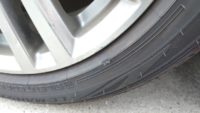タイヤ側面の傷についてです。 今日ふとタイヤを見てみたらタイヤ側面が5ミリほどえぐれていました。 この傷のままでの走行は危険でしょうか。