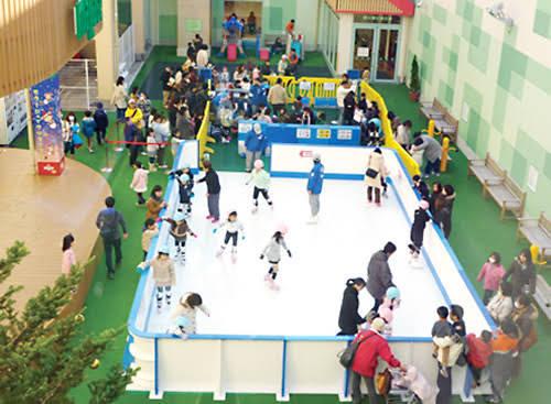 フィギュアスケートの基礎的なジャンプはスケートリンクの大きさが最低でもどれくらいないと危険ですか?画像の用な子供用や初心者用の小さいスケート場ではできませんか?