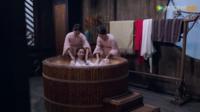 三国志の時代に風呂の文化はなかったそうですが、中国のファンタジー時代劇ドラマを見るとこのような大きな風呂が出てきます。 古代設定なのに風呂と浴室を出すのはドラマだからであって、実際にはやはり風呂文化はないのですか? また、この巨大な桶のような風呂はなんて呼ばれていますか?