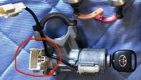 トヨタイプサムのキーシリンダーの配線について質問です。 キーシリンダー(イグニッション?)部分のこのコネクターの配線がわかりません。 どこを繋げばバッテリー、LOCK、ACC、ON、STARTになるのでしょうか? また、分かればで良いのですが、キーイン時にドアを開いた時に鳴る警告を鳴らすための配線はどこから取れば良いのでしょうか? 実際の車に取り付けるわけではなく、電子工作をしてみようと思っ...