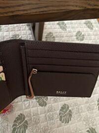 BALLYの公式サイト見ても、この財布の上に札入れがなく札を取れる金具が付いている二つ折り財布がありません。 詳しい方、コレが載ってるサイトを教えて下さい。 もし、公式サイトにあればそのリンクを貼っていただけると幸いです。私のミスの可能性があるので...。