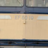 EF60のフックについてですが、前面の運転席窓の下の手すりの間、ナンバーの60と書いてある下はヘッドマークを取り付けるフックで、上のフック(手すりの間)は何のために取りついているのですか。
