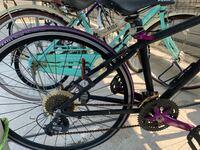 ロードバイク?の部品交換についての質問です。この自転車のタイヤ、グリップなどの部品はネットで購入可能でしょうか? ギアのところにshimanoって書いてあります。サドルにはFUJI。中央にFUJI absolute sと書いてあります。 よろしくお願いします。