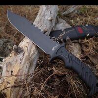銃刀法についての質問です。 画像のような刃渡りが6cmのナイフをコレクションし自宅の置いておくのは合法ですよね? また刃渡り6cm以下なら常に携帯していても問題ないのでしょうか?それとも刃物を理由なしに持ち歩くこと自体が法に触れますか?