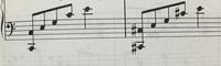 この楽譜の左手の指番号が分からないんですが、一番弾きやすい指番号はなんですかね?