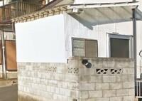 白い波板の張替えについて  骨組みは大工さんが作り、屋根は透明なポリカ波板、壁が白い波板です。 いろいろ収納出来て便利ですが、壁の波板がボロボロで交換時期です。 ただ、屋根が透明なのでとても暑く、窓が少ないので厚く、犬のトイレも置いてあるので換気は自然に抜けるのですが、電気のメーターがあります。  ①壁の波板ですが、ここ最近は波板に代わるようなものはあるでしょうか? 安価で加工し...