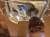 コーヒーを注文したら、中の氷が普通の 氷の色と違いコーヒーと同じ茶色でした。 ① これはコーヒーを凍らせたものなんですか? ② シロップが茶色ぽいものでしたが、 黒砂糖みたいなシロッ プがあるんですか?  この2点教えてください。