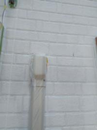 エアコンカバーの付け根はコーキングしなくて大丈夫ですか? たまに雨漏りの原因がエアコンホースからの雨水の侵入だったみたいな話を聞きました。  外壁からエアコンホースが出てくる場所はパテで埋められている...