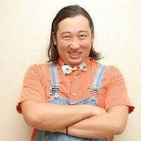 8月15日はロバート 秋山竜次さん(福岡県北九州市門司区出身)42歳お誕生日です。   お父様は梅宮辰夫さんと若いころに俳優活動で共演されていたそうですがロバート秋山さんネタでお勧めは何ですか?