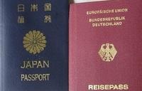 海外に永住されている方に質問です。みなさんの多くの方は日本国籍者として現地に永住されていると思います。 日本は二重国籍を認めていないのでアメリカ国籍やフランス国籍などの現地国籍を取得すると例えば親が死に直面するような病気になった場合に日本に帰国して長期滞在したいと思っても面倒なビザ申請をする必要があったり、日本での就労権を失う事などがネックになってみなさんは現地国籍を取得されるのを躊躇されて...