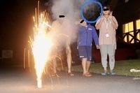 心霊写真の鑑定をお願いします 今年の8月13日に岩手県某所で撮影した家族でキャンプ中に花火をした時の写真です。 私は、まるっきり霊感はありませんので、何も感じませんし、ただ単に煙が巻 き上がった際に生...