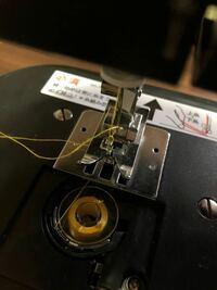 ミシン初心者です。 新しく買ったミシンで、マスクとエコバッグを作りました。  その後、糸を替えて続けて縫おうとしたら、全く縫えなくなりました。  上糸をつけ直してみたり、下糸も、ボビンを入れ直したり、ボ...