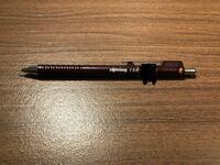 このロットリングのシャーペンって今いくらくらいなんでしょうか? 調べてもなかなかでてこなくてもっと気になりました笑  (ちなみに母親のもので名前のシールが貼ってあったんで黒で塗りつぶしました)