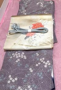 着物についての質問です。  閲覧ありがとうございます。 先日、リサイクル品ですが、初めて着物を購入しました。  小紋と金糸の名古屋帯です。 (以下の画像をご覧ください。) この小紋に こちらの名古屋帯...