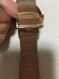 腕時計のベルト調節についてです。 腕が細く時計の調節を1番小さくしてもまだ大きいです。  こういうタイプのベルト調節はベルト自体を変えないとサイズをこれ以上小さくするのは難しいのでしょうか? このタイプの時計だとどのように小さくしてもらう感じになるのでしょうか?  時計屋さんは初めてですのでわかる方いましたらお願いします。お値段もだいたいでいいのでわかりましたらよろしくお願いします。