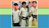 treasureの日本人メンバーのヨシの写真なのですが、胸のマークは韓国の国旗ですか? 日本人なのになぜ韓国の国旗なのでしょうか??