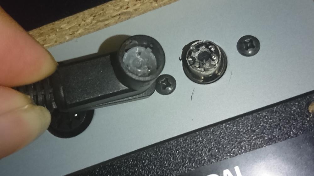 kawaiの電子ピアノ CN24での質問です。 譲って頂いたのですが、ペダルコードのコネクタが本体側に刺さりません。 コード側についているはずの金具部が本体に取り残されている感じです。 半田と思われる物もありますので画像にて確認お願い致します。 これは修理可能でしょうか? コードのみ別売りされてたりするのでしょうか? 分かる方、同じ症状になった方いましたらよろしくお願い致します。