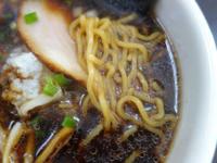 黒いスープのラーメンの名前知っている人教えてください 何年か前、横浜中華街で食べた黒いスープのラーメンの名前が カタカナでした。 スープは、普通の醤油味でした。  写真はイメージです