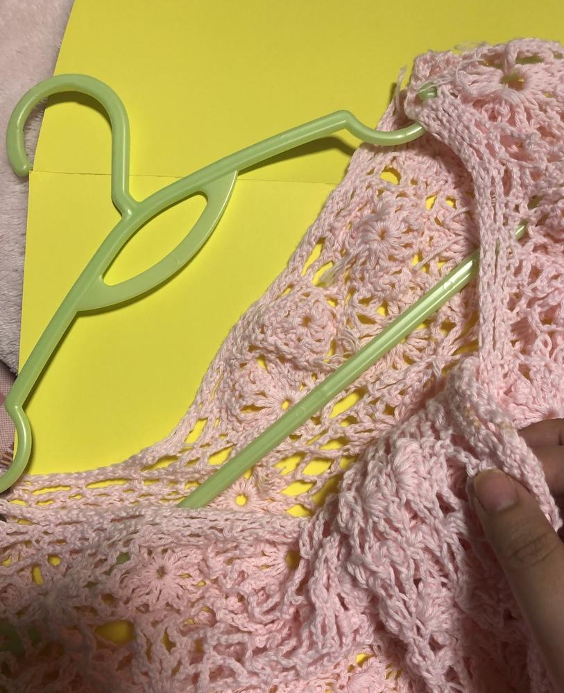 編み物を編むために本と毛糸を買ったけれど完成していません 9月に入り春夏を過ぎたので新しく編み物をしたくて、それよりまえに楽をして編み物のつづきがしたいです 画像の作品はポンチョ です 模様をかえるのに糸をかえたところから、よじれができて作品の頭を通す穴に裾の部分が入れ込み、多くの糸を無駄にしているようにみえます 直したいのは、 かぎ針で編んでみたけれど、針をさすときに裏返したりするうちに、表裏反対のまま編んでいる部分です 裾がわに編むレース柄が途中までしか編んでいません 糸を切る場所がわからなくてこまっています
