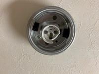 洗面所の電球を交換していたところ、器具のソケット部分が割れてしまいました。ソケット部分だけ外そうとしても外れず、器具を外してみると天井から配線が出ており、直接ソケットの器具に繋がっ ているようでした。 自分で交換したいのですが、取り外し方法や作業で注意すべき点、交換器具の部品代等はいくらくらいでしょうか。