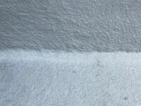 築四年ちょっとの建売住宅に住んでいます。 バルコニーのfrp防水の劣化について教えて下さい。 日当たりがとてもいい場所に立っています 床と壁につながる角部分は特にヒビが入り、床は一部あります。 これは劣化...