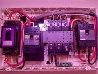 最近家にエアコンを5台取り付ける話になりまして、電気系でかなり悩んでいます。 取り付けるエアコンは100v15A×4 200v20A×1 です。 実際電力が足りるかまだ分かりませんが契約を、従量電灯Cの15kvaにする予定です...