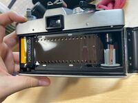 フィルムカメラの巻上げについてです。フィルムカメラ初心者なので、フィルムの巻き方が分かりません。動画を見て恐らくこれであっているのではないかと言う所を写真に載せました。 この後右上のレバーで巻き上げ...