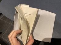 ブックカバーの使い方があってるか教えて下さい。 これであってますか?(本を差し込む向きなど)このタイプのバックカバーの使い方を検索しても出てきません。 本を読んでるとき、右側の布の 行方が分からず邪魔です…