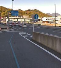 道路での事故について 本日写真のような道路で、本線と側道からの合流での事故を目撃しました。以下、事故当時の状況です。 ・本線がとても渋滞していた。 ・側道から合流する車は1台ずつ合流しているが、1番手前...