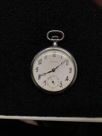 祖父から懐中時計をもらったのですが、この時計わかる方いますか?また、OHに出すとするとどのぐらいお金がかかるか教えてください。 歯が欠けているところがありました ゼンマイを回したところ動きました よろし...