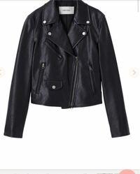 レディースのライダースジャケットを買おうと思っているのですが、なかなか決まりません。 黒色で襟付き、着丈が45〜47くらいで、おすすめのものないでしょうか?? (値段は安ければ助かるので、今のところ合皮で...